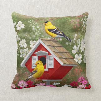 Goldfinches und niedlicher HütteBirdhouse Kissen