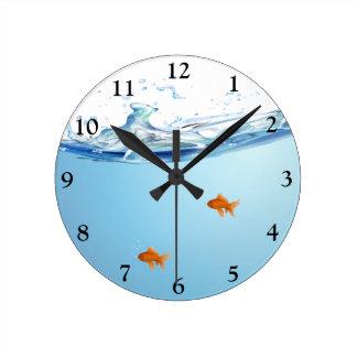 Goldfisch unter Wasseraquarium Runde Wanduhr