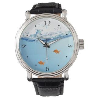 Goldfisch unter Wasseraquarium Uhr