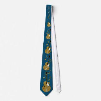 Goldgitarre und -anmerkung auf Saphir-Blau Krawatte