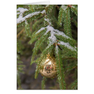 Goldglasweihnachtsverzierung auf immergrünem Baum Karte