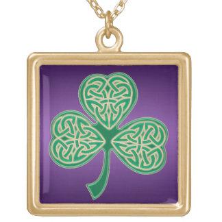 Goldgrüner keltischer Klee-Knoten auf lila Vergoldete Kette