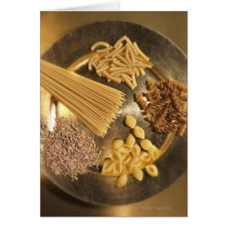 Goldplatte mit Teigwaren und Körnern des Weizens Karte