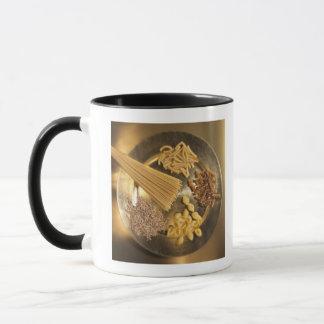 Goldplatte mit Teigwaren und Körnern des Weizens Tasse