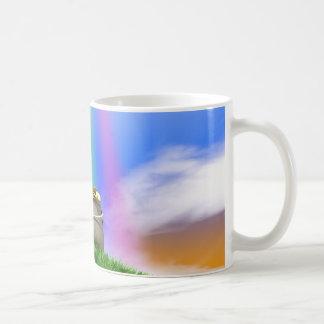 Goldschatz und Regenbogen auf grasartigem Hügel Kaffeetasse