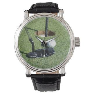 Golf-Putter und Ball auf dem Grün, Armbanduhr