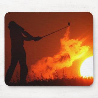 Golf spielen am Sonnenuntergang Mousepads
