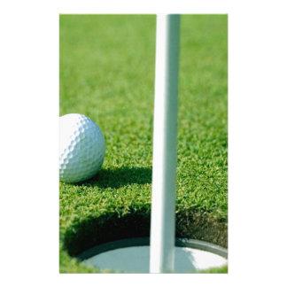 Golf spielen - Golfball durch das Loch Briefpapier