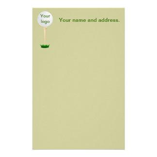 Golf spielender Golfplatzball auf T-Stück Briefpapier