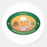 Golf-trinkendes Team Runder Aufkleber