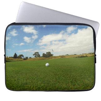 Golfball auf dem Grün, Laptop Sleeve