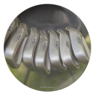 Golfclubköpfe in einer Tasche. Drei bis neun Teller