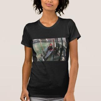 Gondel machte durch Kai auf Venedig-Kanal, Italien T-Shirt