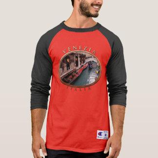 Gondeln auf einem kleinen Kanal in Venedig T-Shirt