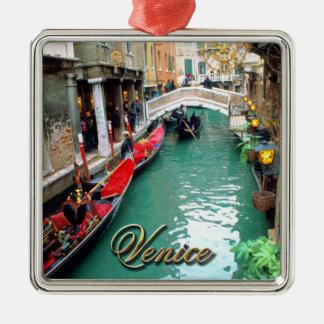 Gondeln auf einem venezianischen Kanal Silbernes Ornament