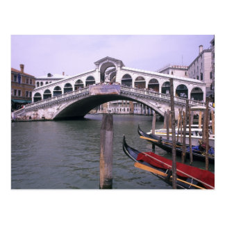 Gondeln und Touristen nähern sich der Rialto Postkarte