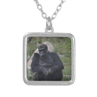 Gorillasitzen Versilberte Kette