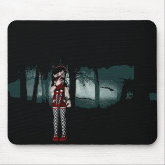 Goth Mädchen in einem gotischen Wald Mousepad