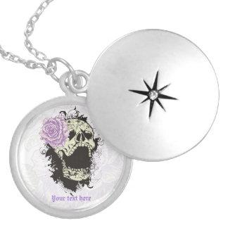 Goth Schädel mit Vintager lila Rosenhalskette Medaillons