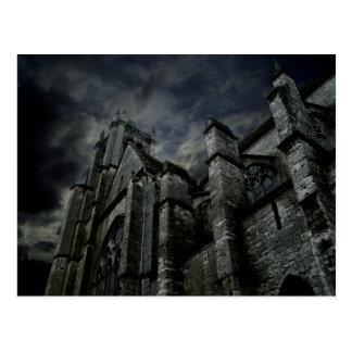 Gotische Kathedrale mit einem düsteren dunklen Postkarte