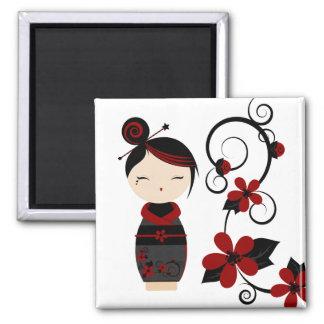 Gotischer Kokeshi und Blumen-Magnet Quadratischer Magnet