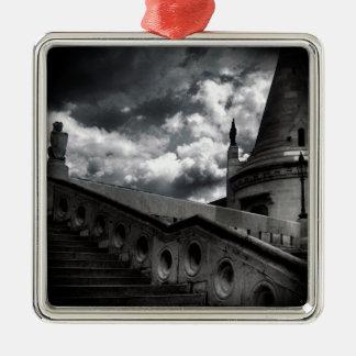 Gotisches Schwarzweiss-Schloss Halloween Quadratisches Silberfarbenes Ornament