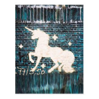 Graffiti-Einhorn auf blauer Backsteinmauer Postkarte