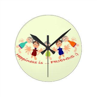 Grafikzeichen mit Text Happiness_is_Friends Runde Wanduhr