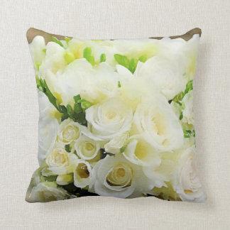 Grafische weiße und Sahnemit BlumenRosen Zierkissen