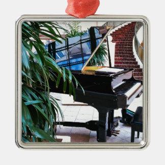Grand_Piano.JPG Quadratisches Silberfarbenes Ornament