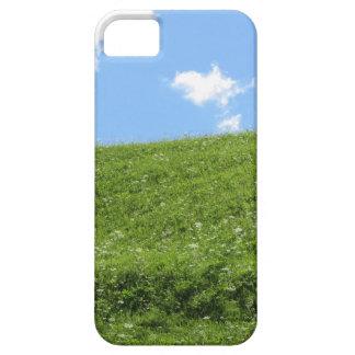 Grasartiges Feld am Rollenhügel gegen den Himmel iPhone 5 Schutzhülle