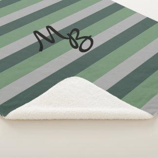 Grau-und Grüntöne-gestreiftes Muster mit Monogramm Sherpadecke