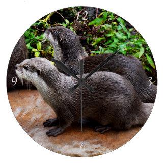 Graue hungrige Otter, große runde Wanduhr