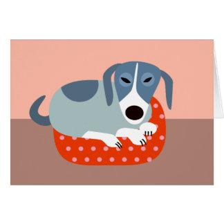 Grauer Hund im Hundebett Karte
