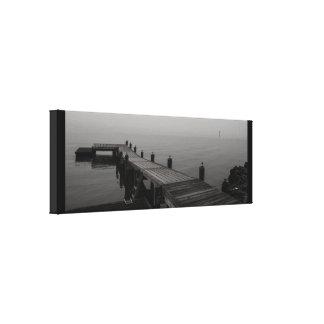Graues Bootsdock an einem regnerischen Tag Leinwanddruck