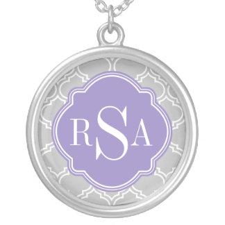 Graues Fliesen-Gitter-Muster-Lavendel-Monogramm Versilberte Kette