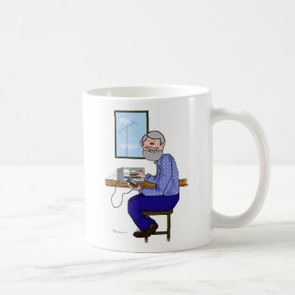 Graues Haar und bärtiger Amateurfunk-Betreiber Kaffeetasse