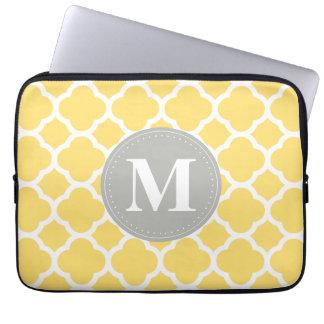 Graues Monogramm-Gelb Quatrefoil Muster Laptopschutzhülle