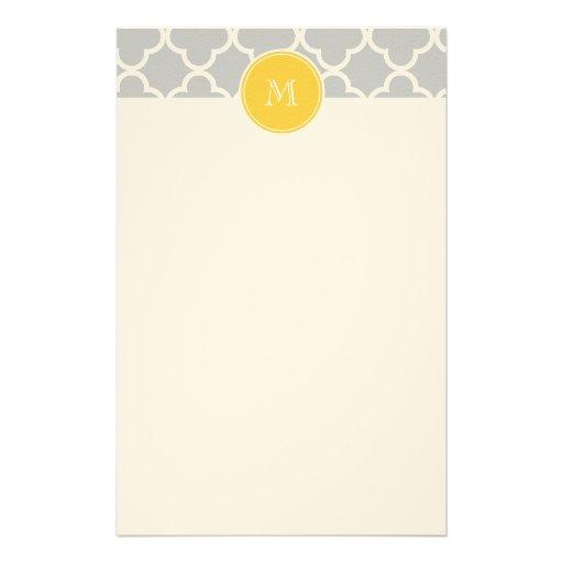 Graues Quatrefoil Muster, gelbes Monogramm