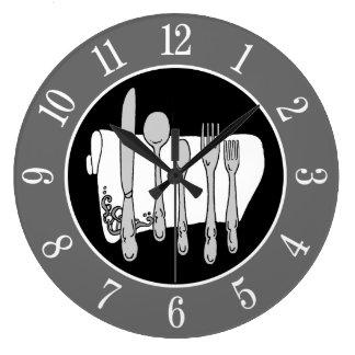 Graues Tafelsilber und Servietten-elegante Uhr mit