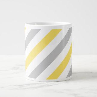 Graues und gelbes diagonales Streifen-Muster Jumbo-Tasse
