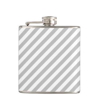 Graues und weißes diagonales Streifen-Muster Flachmann