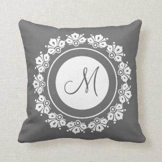 Graues und weißes mit Monogramm eleganten Spitze Kissen