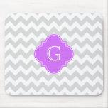 Graues weißes Zickzack lila Quatrefoil Monogramm Mousepads