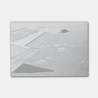 Grayscaleflugzeugflügel Post-it Klebezettel