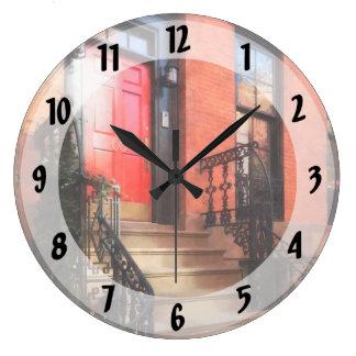Greenwich VillageBrownstone mit roter Tür Große Wanduhr