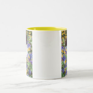 Grenzcollie-Welpe und Blumen Zweifarbige Tasse