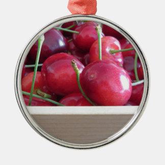 Grenze der frischen Kirschen auf hölzernem Silbernes Ornament