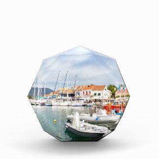 Griechischer Hafen mit Segelbooten in Fiskardo Auszeichnung