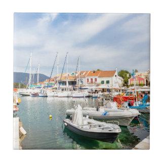 Griechischer Hafen mit Segelbooten in Fiskardo Keramikfliese
